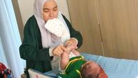 <p>Tika terlihat telaten mengganti popok baby Kal. Banyak netizen memberi semangat lho, Bun. (Foto: @tikabravani)</p>