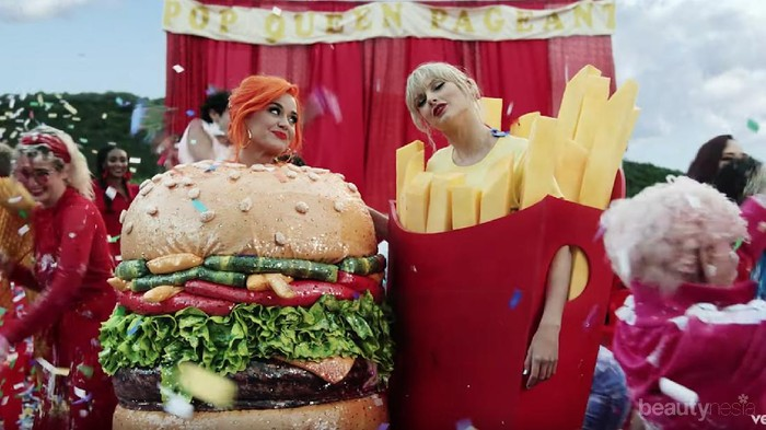 Makna di Balik Kostum Junk Food Taylor Swift dan Katy Perry