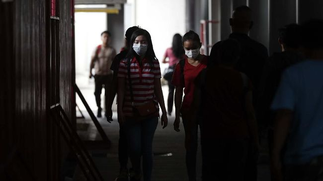 People wear masks as a precautionary measure against the spread of the coronavirus in Manila, Philippines on Tuesday, March 10, 2020. For most people, the new coronavirus causes only mild or moderate symptoms, such as fever and cough. For some, especially older adults and people with existing health problems, it can cause more severe illness, including pneumonia. (AP Photo/Aaron Favila)