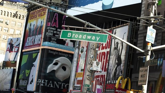 A street sign hangs over Broadway in Times Square January 5, 2011 in New York. Broadway continues from the south tip of Manhattan all the way north to Westchester County. AFP PHOTO / DON EMMERT (Photo by DON EMMERT / AFP)
