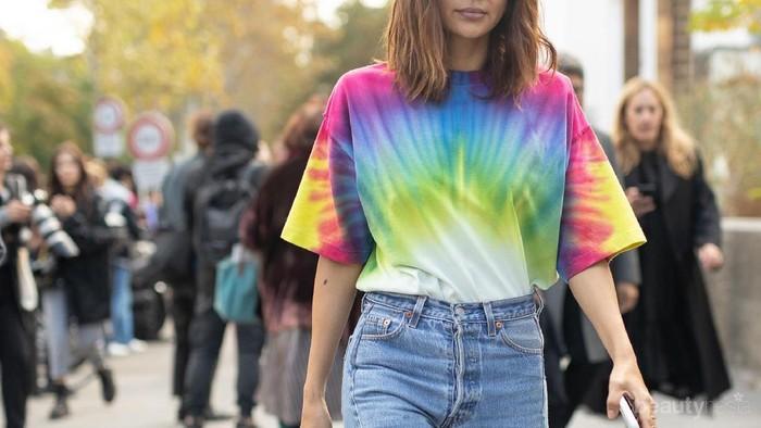 Motif Tie Dye Nge-Trend Lagi, Ini Tips Padu Padannya