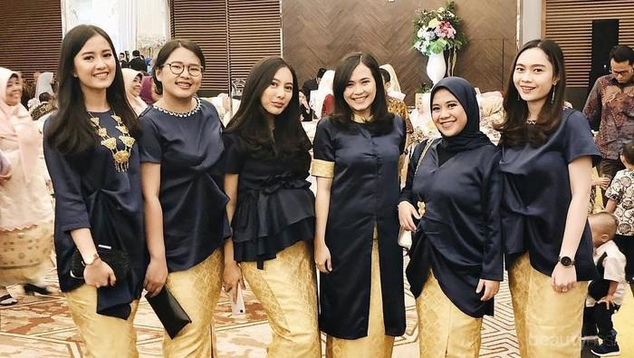 Inspirasi Padu Padan Baju Kondangan Hitam dan Gold yang Elegan