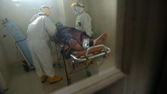 Personel Satgas Mobile COVID-19 memeriksa kondisi pasien diduga terjangkit virus Corona (COVID-19) di ruang isolasi Rumah Sakit Suradadi, Kabupaten Tegal, Jawa Tengah, Rabu (11/3/2020). RSUD Suradadi menjemput salah satu anak buah kapal (ABK) warga Desa Demangharjo, Kabupaten Tegal berinisial II (42) diduga terjangkit COVID-19, karena menderita penyakit demam, batuk dan pilek selama tujuh hari usai pulang melaut dari Taiwan. ANTARA FOTO/Oky Lukmansyah/foc.