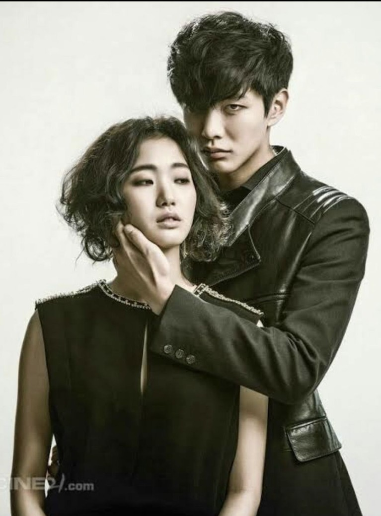 Kim Go Eun juge pernah beradu akting dengan Lee Min Ki di film Monster pada tahun 2014.