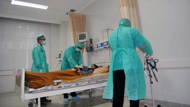 Dokter RSUD Kota Bogor melakukan pemeriksaan terhadap pasien suspect virus COVID-19 saat simulasi di ruang isolasi RSUD Kota Bogor, Jawa Barat, Rabu (4/3/2020). Pemerintah Kota Bogor menginstruksikan seluruh pengelola rumah sakit di Kota Bogor untuk melakukan simulasi penanganan pasien COVID-19 sesuai standar operasional penanganan hingga sarana dan prasarana pendukung sebagai langkah pencegahan dan pengendalian. ANTARA FOTO/Arif Firmansyah/ama.