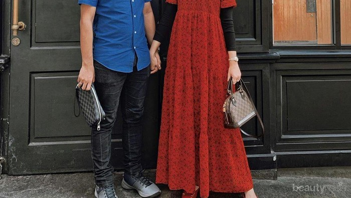 6 Pilihan Dress Hijab Warna Merah untuk Tampil Cantik ke Pesta Pernikahan