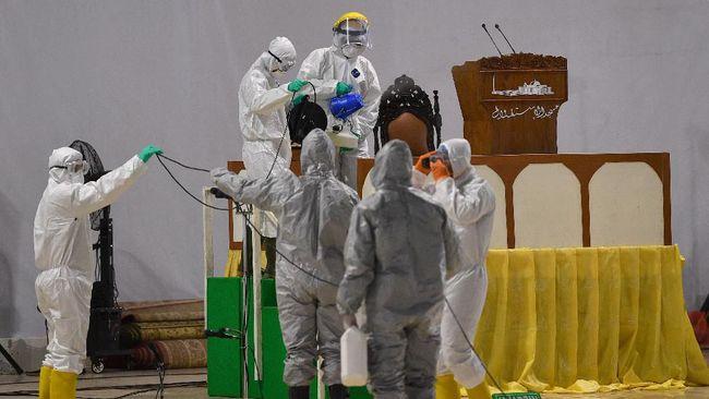 Peneliti LIPI merespons penyemprotan disinfektan oleh warga yang berlebihan untuk memutus penularan virus corona di Indonesia.