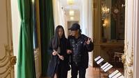 <p>Di sela kesibukannya, Jet Li menemani si bungsu Jade mengunjungi museum. Sweet ya, Bun. (Foto: Instagram @jetli)</p>