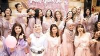 Pesta digelar sangat mewah dengan konsep serba pink. Para artis datang ikut merayakan kebahagian artis cantik tersebut. (Foto: Instagram @inijedar)