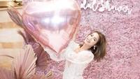 Jessica nampak mengenakan mini dress berwarna pink dengan tulle outer berwarna puti. Simpel tapi membuat penampilannya terlihat seksi dan mempesona. (Foto: Instagram @inijedar)