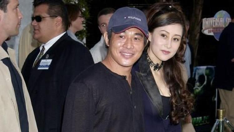 Jet Li pertama kali bertemu dengan istrinya, Nina Li Chi pada tahun 1998. Saat itu, Jet Li masih menjadi suami Huang Qiuyan, yang merupakan istri pertamanya.