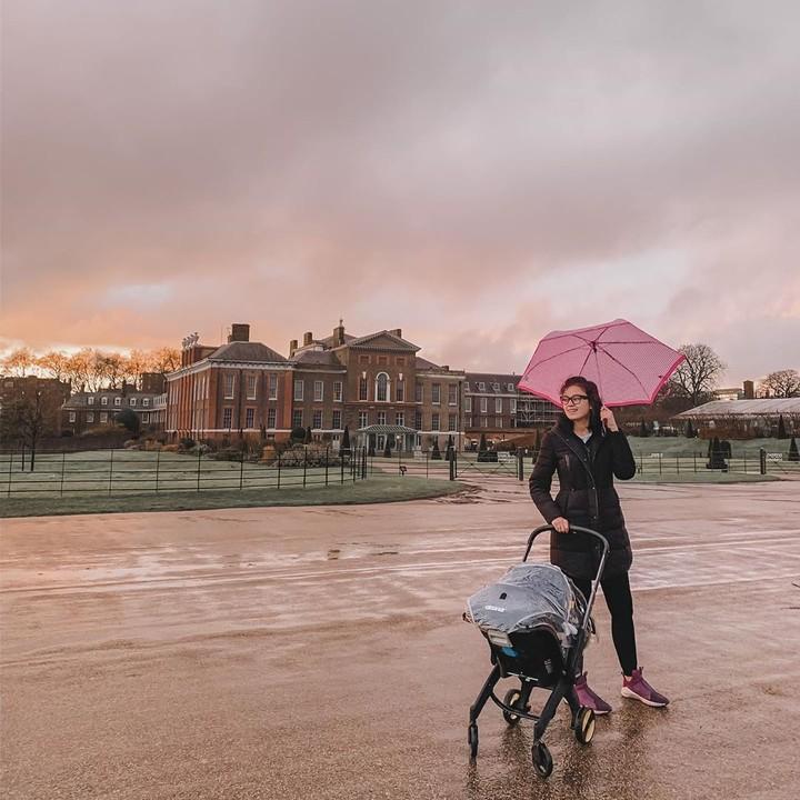 Artis cantik Kimberly Ryder sedang menikmati masa-masa jadi ibu baru. Intip yuk, gaya istri aktor Edward Akbar ini saat momong baby Rayden.
