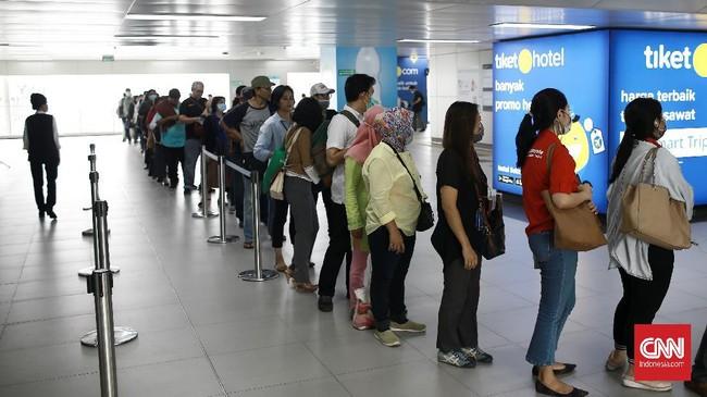 Para pekerja ibu kota harus menunggu hingga dua jam untuk bisa menggunakan MRT. Ularan antrean terlihat hampir di seluruh stasiun moda transportasi.