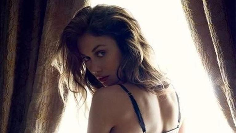 Olga akhirnya melebarkan karir sebagai aktris dengan menjadi model dalam video musik milik Seal yang berjudul Love's Divine.