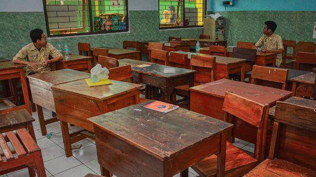 Siswa duduk di dalam ruang MAN 1 Jombang, Jawa Timur, Senin (16/3/2020). Guna antisipasi penyebaran virus Corona atau Covid-19, Pemerintah Kabupaten Jombang meliburkan siswa sekolah hingga perguruan tinggi mulai 17-31 Maret 2020. Seluruh siswa akan mengikuti proses belajar mengajar di rumah. ANTARA FOTO/Syaiful Arif/foc.