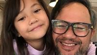 Nah, Nala dan Ayah Indra hobi banget lho main <em>Tik Tok</em>. Meski badan sampai pegal linu, sang ayah pantang menyerah jawab tantangan Nala. (Foto: Instagram @indrabrasco)