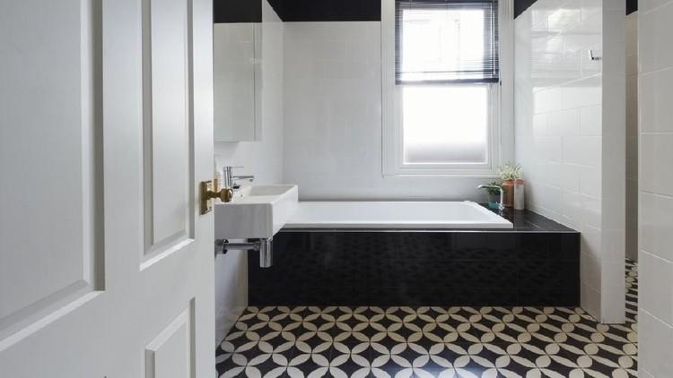 Keramik bermotif geometri atau marble bisa menambah kesan menarik dalam kamar mandi rumah minimalis lho. Simak tips kamar mandi rumah minimalis berikut ini ya.