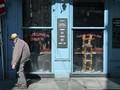 FOTO: Ketika Secangkir Kopi Berhenti Terhidang di Kafe Paris