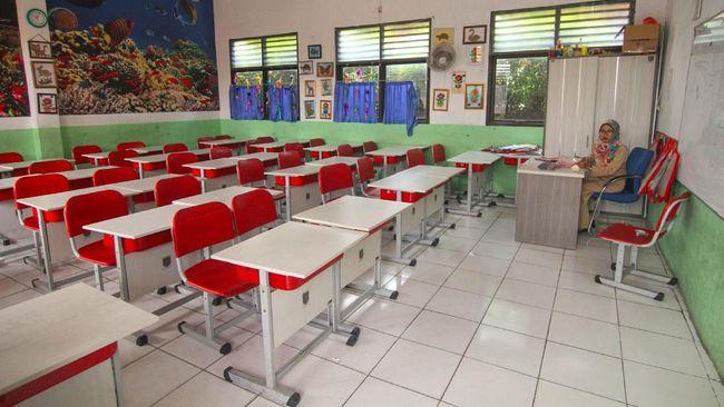 Seorang guru mempersiapkan metode pembelajaran jarak jauh di SDN Depok Baru 4, Depok, Jawa Barat, Senin (16/3/2020). Pemerintah Kota Depok menginstruksikan seluruh sekolah untuk meliburkan siswa dari Taman Kanak-kanak, SD, SMP, dan SMA selama 14 hari guna mengatisipasi penyebaran virus corona COVID-19. ANTARA FOTO/Asprilla Dwi Adha/foc.