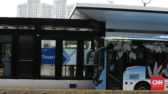 Gubernur DKI Anies Baswedan sempat mengurangi layanan Tranjakarta dan MRT sehingga terjadi penumpukan penumpang.