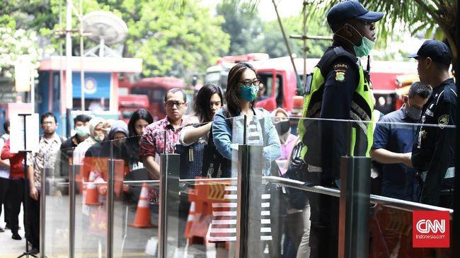 Masyarakat yang tak menggunakan masker saat berpergian tak diizinkan menggunakan layanan Transjakarta, MRT, dan LRT mulai 12 April 2020.