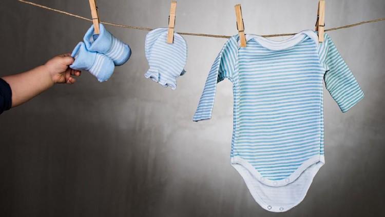 Salah satu yang harus disiapkan sebagai perlengkapan bayi baru lahir adalah pakaian. Sebelum membelinya, pastikan dulu jumlah dan jenisnya benar ya.