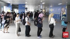 FOTO: Antrean di MRT dan Imbauan Kerja dari Rumah yang Gagal