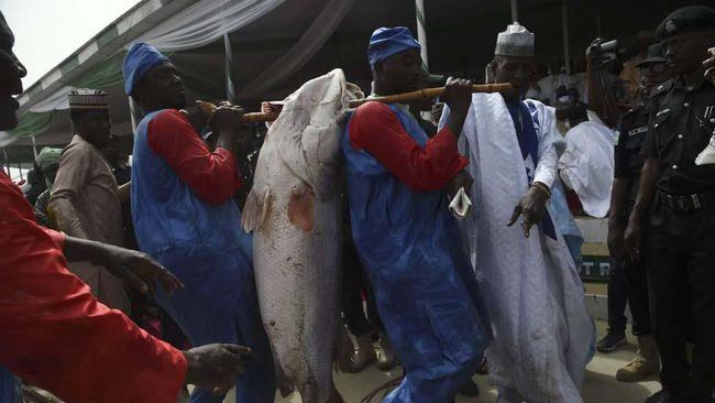 Nigeria terperosok ke lubang resesi untuk kedua kalinya dalam empat tahun terakhir setelah laju ekonomi minus 3,62 persen pada kuartal III 2020.