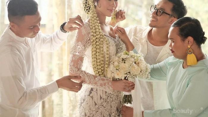 7 Artis Indonesia ini Tampil Cantik Pakai Busana Adat saat Pernikahan, Bisa Jadi Inspirasi Kamu Nih!