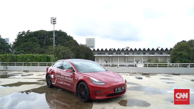 Menurut Elon Musk, Tesla Model S mampu berubah jadi perahu dalam periode tertentu dan bergerak menggunakan rotasi roda.