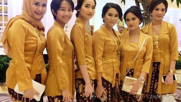 5 Cara Memilih Bawahan yang Tepat untuk Baju Kebaya Warna Emas