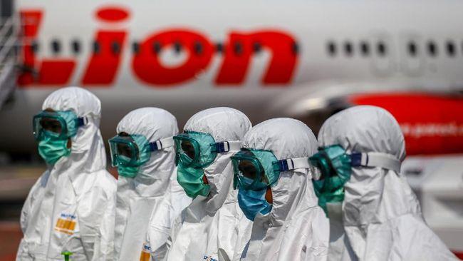 Petugas bersiap sebelum melakukan proses sterilisasi pesawat Lion Air di Terminal 1 Bandara Soekarno Hatta, Tangerang, Banten, Selasa (17/3/2020). Proses sterilisasi menggunakan cairan disinfektan tersebut sebagai salah satu langkah untuk mengantisipasi penyebaran virus COVID-19 atau virus Corona. ANTARA FOTO/Fauzan/hp.