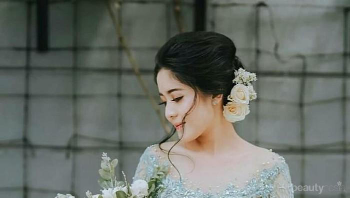 5 Ide Kebaya Warna Hijau Kombinasi Cantik di Hari Pertunangan