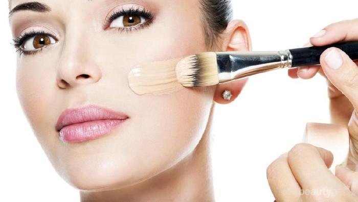 8 Tips Memakai Foundation yang Tepat agar Wajah Terlihat Cantik Natural