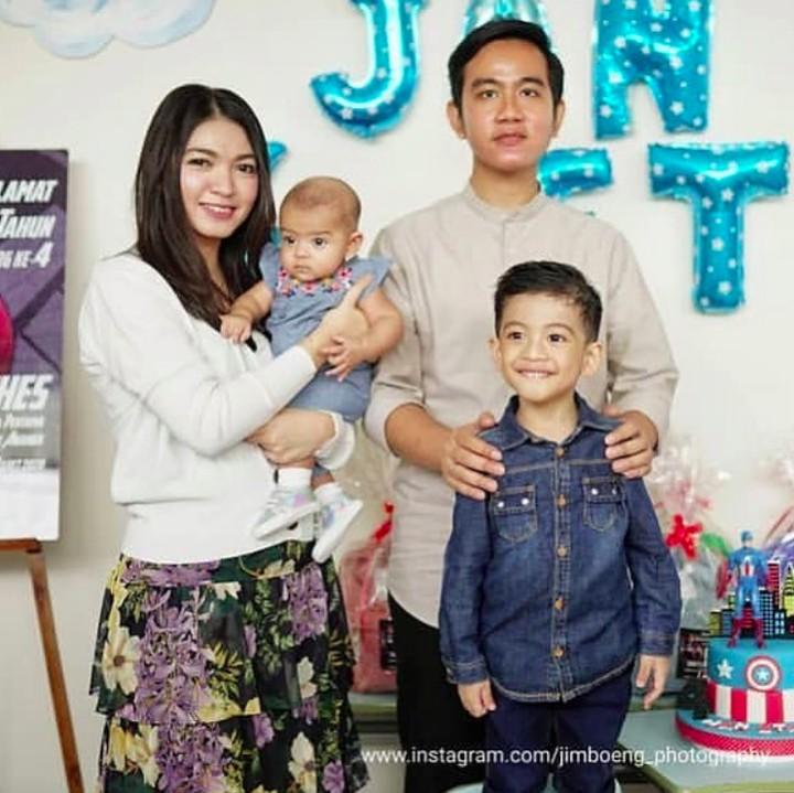 Cucu pertama Presiden RI Joko Widodo baru-baru ini merayakan ulang tahunnya. Intip lima momen seru di acara ulang tahun keempat Jan Ethes Srinarendra.