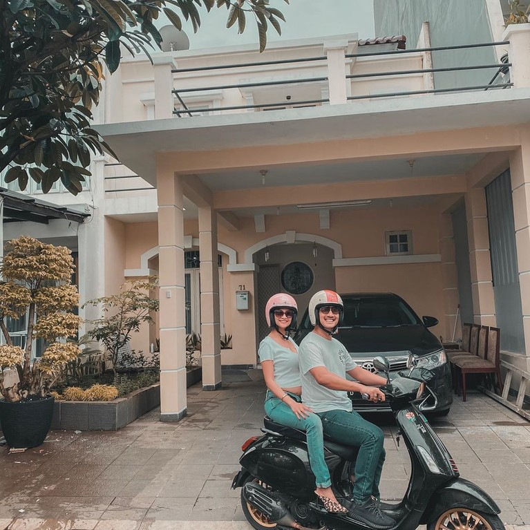 Vanessa Angel dan Bibi Ardiansyah ditangkap polisi terkait kepemilikan narkoba (16/2). Mereka diamankan di kediaman barunya di Pos Pengumben, Srengseng, Jakbar.