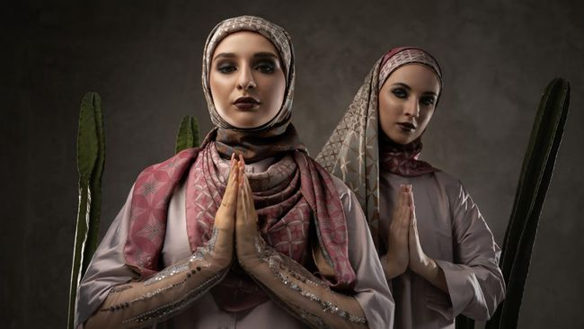 Itang Yunasz terus berinovasi, kali ini bersama Katonvie dia membuat hijab dengan teknologi duplex.