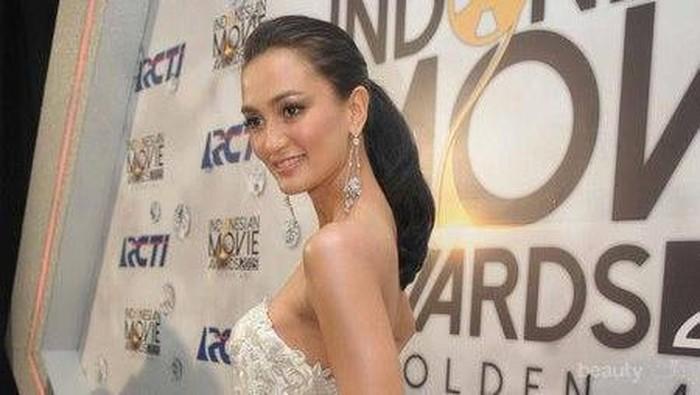 Selalu Tampil Cantik dan Elegan, Ini Dia Potret Fashion Style Terbaik dari Atiqah Hasiholan!