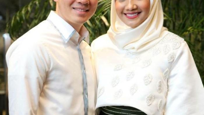 Mau Punya Baju Couple Bareng Pasangan Intip Inspirasinya Dari Seleb Berhijab Ini