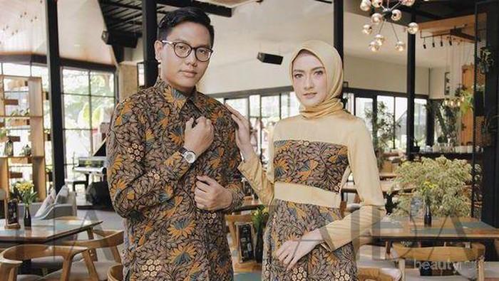 Mau Tampil Serasi Di Pesta Pernikahan Kamu Bisa Banget Pakai Baju Batik Couple Yang Oke Ini