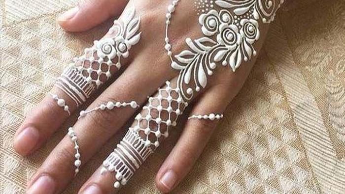 5 Inspirasi Desain Henna Simpel Ini Sangat Cocok untuk Hari Pernikahanmu! Kamu Harus Coba, Ladies!