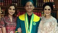Sejak kecil, Aurel dan Azriel Hermansyah begitu lengket dengan Bunda Ashanty. Terlebih setelah orang tua mereka, Anang Hermansyah dan Krisdayanti (KD), bercerai pada 2009. (Foto: Instagram)