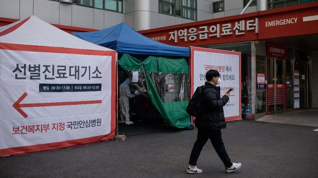 A general view shows a COVID-19 novel coronavirus testing booth outside the Yangji hospital in Seoul on March 17, 2020. - A South Korean hospital has introduced