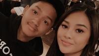 Setelah orang tuanya resmi berpisah, Aurel dan Azriel kemudian memilih tinggal bersama sang ayah, meski harus hidup seadanya di ruko di kawasan Radio Dalam, Jakarta Selatan. (Foto: Instagram)