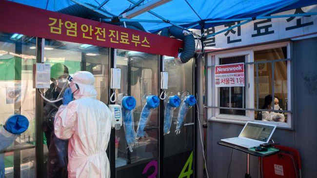 A man speaks to a nurse during a COVID-19 novel coronavirus test at a testing booth outside Yangji hospital in Seoul on March 17, 2020. - A South Korean hospital has introduced