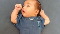 <p>Nah, karena sekarang baru usia tiga minggu alias belum genap 40 hari, baby Guinandra masih dipingit sama Mama Vicky. Apalagi sedang ada kampanye #dirumahaja terkait wabah Corona. Sehat selalu ya baby Guinandra dan Mama Vicky Shu sekeluarga. (Foto: Instagram @vickyshu)</p>