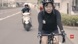 Kayuh Sepeda Dinda Melawan Jalanan Ibu Kota