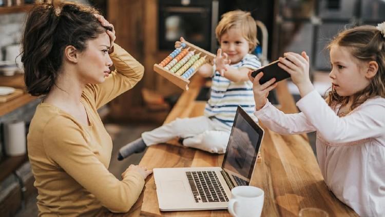 Saat harus work from home, lalu tugas online sekolah anak harus dikebut setiap hari, sungguh berjuta rasanya. Apakah Bunda juga merasakannya?
