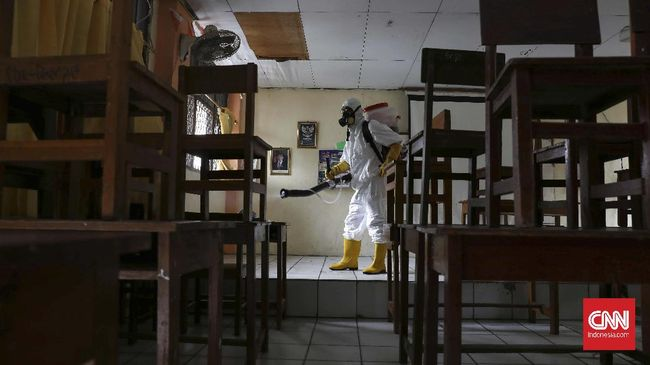 Petugas PMI menyemprotkan cairan disinfektan di ruang belajar dan terbuka di SMP Tunas Harapan, Bekasi Timur, Jawa Barat, Kamis, 19 Maret 2020. Sejumlah sekolah di kota Bekasi mulai melakukan penyemprotan disinfektan untuk mencegah virus covid-19. CNNIndonesia/Safir Makki