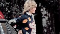 Di usia kehamilan hampir 8 bulan, tepatnya 2 Mei 1982 Putri Diana menyaksikan Pangeran Charles bertanding polo di Smith Lawn, Windsor. Kali ini Lady Di santai banget pakai sweater rajut dan celana baggy. (Foto: Instagram @princessdianadiary)